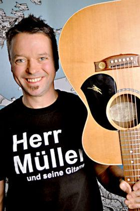 Herr Müller und seine Gitarre ist ein Teil des Kinder- und Familiennachmittages. Foto: no