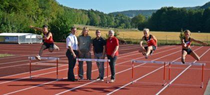 Die sanierte Tartanbahn wurde feierlich im Beisein des VR PartnerBank Vorstandes Anja Kukuck-Peppler und dreier Vorstände des TSV 05 sowie den Verantwortlichen der Leichtathletik-Abteilung eingeweiht. Foto: nh