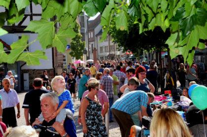 Der Straßen- und Flohmarkt mit vielen bunten Ständen entlang der Borkener Bahnhofstraße am Samstag, 8. September, ab 9 Uhr wird vom Unternehmerring Schwalm-Eder-West e. V. organisiert. Foto: no