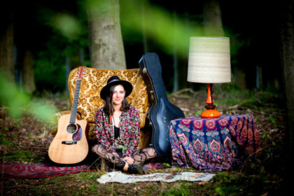 Solistin Nadine Fingerhut verzaubert mit Musik und Poesie. Foto: Eva-Maria Schmidt
