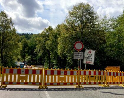 Eine kurze Irritation bezüglich der Bauzeit löste am Wochenende die Straßensperre der L3249 vor der Pfieffe-Brücke aus. Foto: Schmidtkunz