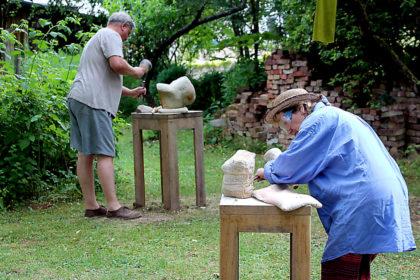 """""""Arbeit am Stein"""" – Bildhauerkurs mit Silvia und Lutz Freyer. Foto: nh"""