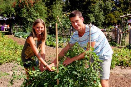 Nutzgarten, Streuobstwiese, Bienenstand: Im Naturlehrgebiet in Treysa gibt es viel zu entdecken. Mia Sophy und ihr Vater Patrick Otto haben gestaunt, wie voll die Tomatensträucher im Gemüsebeet hängen. Foto: Hephata