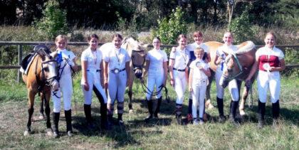 Die jungen Reiterinnen der benachbarten Vereine glänzten durch Teamgeist und Hilfsbereitschaft. Foto: nh