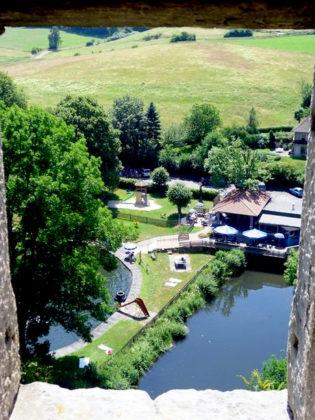 Blick von der Burgruine Wallenstein auf das wunderschöne Naturschwimmbad. Foto: Grimmheimat.de