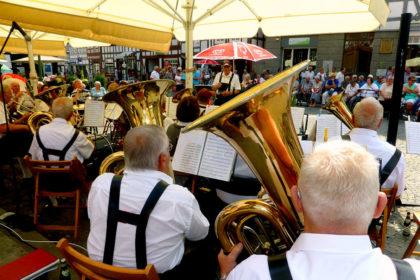 Das Bild zeigt die Egerländer Musikanten Melsungen auf dem Samstagskonzert am 21. Juli. Foto: nh