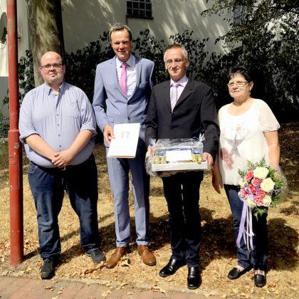 Personalratsvorsitzender Marcel Schmidt, Bürgermeister Heinrich Vesper, Jürgen Steinbrecher und Anita Steinbrecher (v.li.). Foto: nh