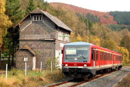 Mit einem solchen Triebwagen wird die Reise unternommen. Das Foto zeigt die Obere-lahntalbahn Sassmanshausen. Foto: Gregor Atzbach