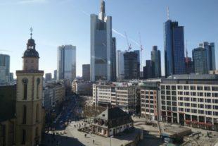 Von der Dachterrasse eines Kaufhauses in Frankfurt reicht der Blick von der Hauptwache, einem Gebäude aus dem 18. Jahrhundert, bis zu den Hochhäusern der Stadt. Foto: Beatrice Marnetté-Kühl