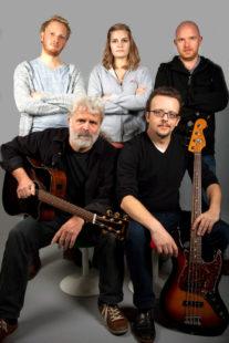 Shiregreen Band-Porträt: Lukas Bergmann, Marisa Linß, Sascha Schmitt (stehend) und Klaus und Paul Adsamaschek (hockend). Foto: Stengel, Bad Hersfeld
