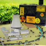 Das Model des AKWs Borken und der BI-Koffer (Koffer der Bürgerinitiative gegen das Atomkraftwerk) im Themenpark des Hessischen Braunkohle-Museums in Borken. Foto: Ingo Sielaff