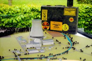 Das Model des AKWs Borken und der BI-Koffer (Koffer der Bürgerinitiative gegen das Atomkraftwerk) im Themenpark des Hessischen Braunkohle-Museums in Borken. Foto: Ingo Sierlaff
