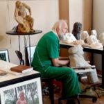 Bei Prof. Dr. Ewald Rumpf können die Besucher das Entstehen von Kunst live erleben. Foto: nh