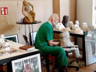 Bei Prof. Dr. Ewald Rumpf konnten die Besucher das Entstehen von Kunst live erleben. Foto: nh
