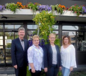 Bürgermeister Klemens Olbrich, Kindergartenleiterin Kerstin Brosch, Jubilarin Gudrun Möller, Personalratsmitglieder Claudia Sefrin (v.l.). Foto: nh