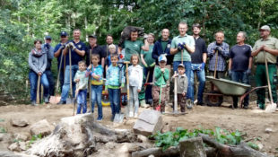 Gruppenbild mit Waschbär. Lionsfreunde aus Homberg, Schwalmstadt und Bad Hersfeld machten sich für die Umwelt stark. Foto: nh