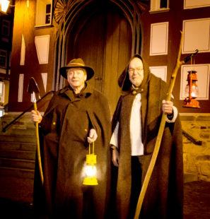 Unterwegs mit den Nachtwächtern erfahren Melsungens Gäste mehr über die dunklere Seite der Stadt. Foto: nh