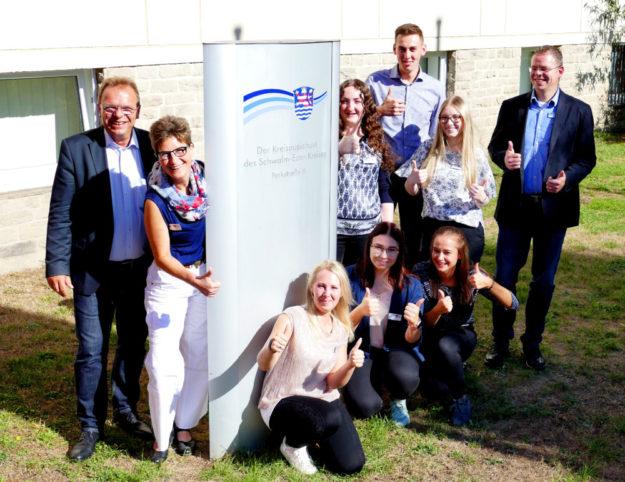 Die neuen Auszubildenden in der Kreisbehörde wurden von Landrat Winfried Becker (li.) begrüßt. Foto: nh
