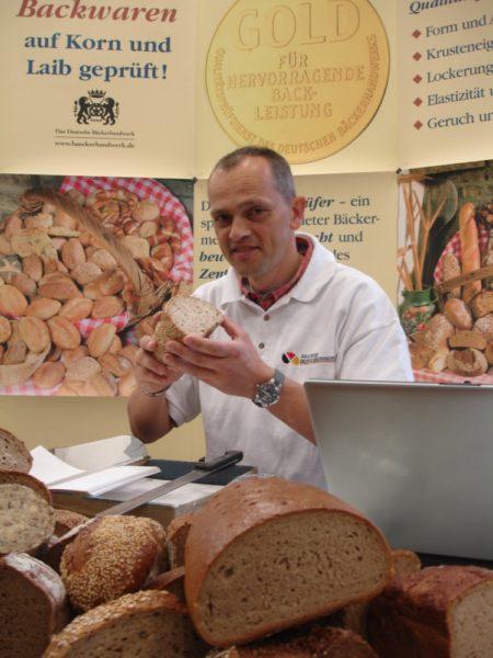 Brotprüfer Karl-Ernst Schmalz ist wieder im Schwalm-Eder-Kreis. Am 11. + 12.September prüft er Brote und Brötchen in der Kreissparkasse in Homberg. Foto: Wolfgang Scholz