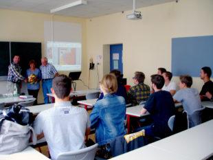 Aufmerksam verfolgten die Schüler des Leistungskurs Geschichte am Schwalmgymnasium den Vortrag der Protagonisten Marlene und Horst Gömpel, mit Andreas Göbel. Foto: nh