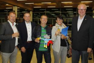 Von links: Caldens Bürgermeister Maik Mackewitz, Flughafen-Geschäftsführer Lars Ernst, das Ehepaar Schaub, sowie Hessens Finanzminister und Aufsichtsratsvorsitzender der Flughafen GmbH Kassel Dr. Thomas Schäfer. Foto: Kassel Airport
