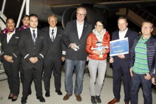 Empfang für Elke Schaub, die 100 000ste Passagierin am Kassel Airport. Foto: nh