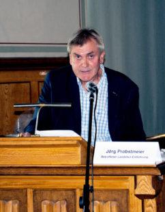 Jörg Probstmeier am 10. September in der Aula der BTHS. Für ihn war es der erste Auftritt als Zeitzeuge: Foto: Schattner