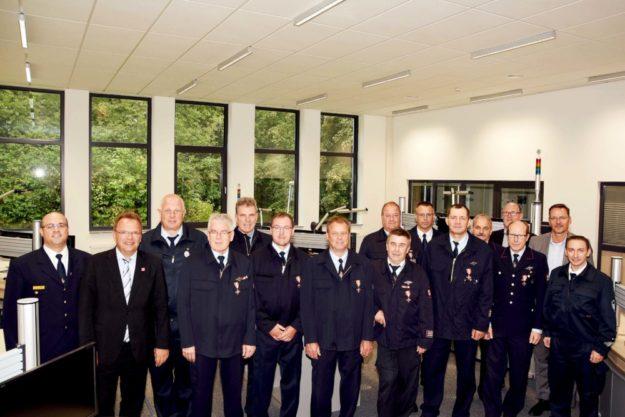 Landrat Winfried Becker (2. v. li.) und Kreisbrandinspektor Torsten Hertel (li.) im Kreise der Geehrten sowie die jeweiligen Bürgermeister und der Gemeinde- und Stadtbrandinspektoren. Foto: nh