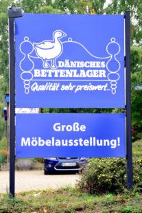 Werbetafel des Dänischen Bettenlagers in der August-Vilmar-Straße in Homberg / Efze. Foto: Schmidtkunz