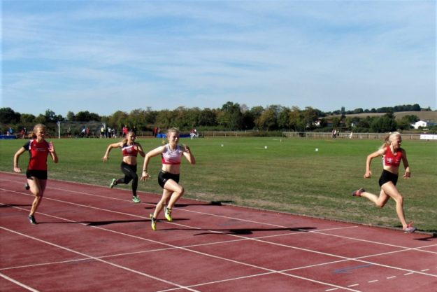 Dieser 100m-Lauf der WU16 hielt was er versprach - die 15-jährige Josephine Otto gewann in 12,59 Sekunden vor Vivian Groppe (12,84) und Ella Gleim (13,12). Foto: nh