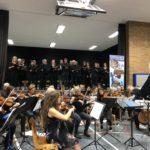 """Dirigent Reiner Eder leitete die Sänger von """"Pro Musica"""" und das Ehemaligenorchesters des Schwalmgymnasiums im ersten Ehemaligenkonzert. Foto: nh"""