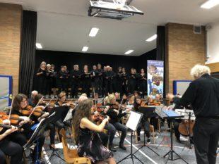 """Dirigent Reiner Eder leitete die Sänger von """"Pro Musica"""" und das Ehemaligenorchesters des Schwalmgymnasiums im ersten Ehemaligenkonzsert. Foto: nh"""