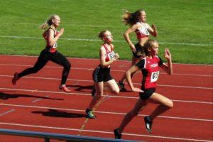 Ella Gleim setzte sich im 100m-Lauf der W15 mit der persönlichen Bestzeit von 13,38 Sekunden souverän durch. Foto: nh