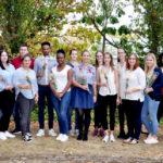 Drei Jahre dauerte ihre Ausbildung – nun freuen sich 16 Gesundheits- und Krankenpflegeschüler des Asklepios Bildungszentrums über ihr bestandenes Examen. Foto: Asklepios | Michailidis