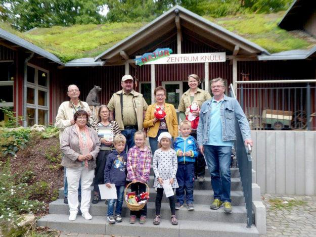 Im Wildpark Knüll wurden die Preise an die Gewinner des Märchenrätsels übergeben. Foto: nh