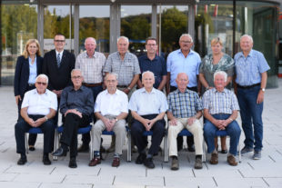 Die SEK-Gewerkschafter und ihre Mitgliedsjahre, vorn v. li.: Günter Schleifenbaum (65), Friedrich Blum (65), Heinrich Gertz (65), Josef Mathiowetz (70), Helmut Dittmar (60) und Alexander Koller (60). Hi. v. li.: Irene Schulz (Vorstand IGM), Oliver Dietzel (1. Bevollm. IGM), Gerhard Hillebrand (60), Hans-Kurt Spangenberg (60), Theo Peter (60), Heinz Dilchert (60), Elke Volkmann (2. Bevollm. IGM) und Norbert Persch (60). Foto: Martin Sehmisch