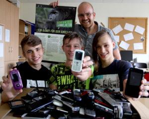 Von links: Daniel Hirseland (15), Julian Tanz (14) und  Sebastian Weber (15) mit Lehrkraft Christian Simon. Foto: Hephata Diakonie