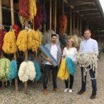 Wiebke Knell (Mitte) zu Besuch in der Teppichmanufaktur bei Teja Habbishaw (li.) und Jonathan Linker (re.). Foto: nh