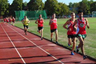 Im 3000m-Lauf wechselten sich die beiden Melsunger Läufer an der Spitze ab. Am Ende siegte Lorenz Funk vor dem hier führenden Moritz Knaust