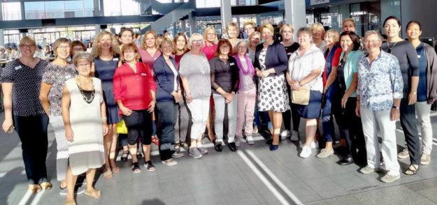 Die Frauenbeauftragten des Schwalm-Eder-Kreises Bärbel Spohr (3. v.l.) und Gerlinde Eckhardt (5. v.l.) mit Bundesministerin Dr. Franziska Giffey und weiteren Frauen- und Gleichstellungsbeauftragten zu Gast bei der 25. Bundeskonferenz. Foto: nh