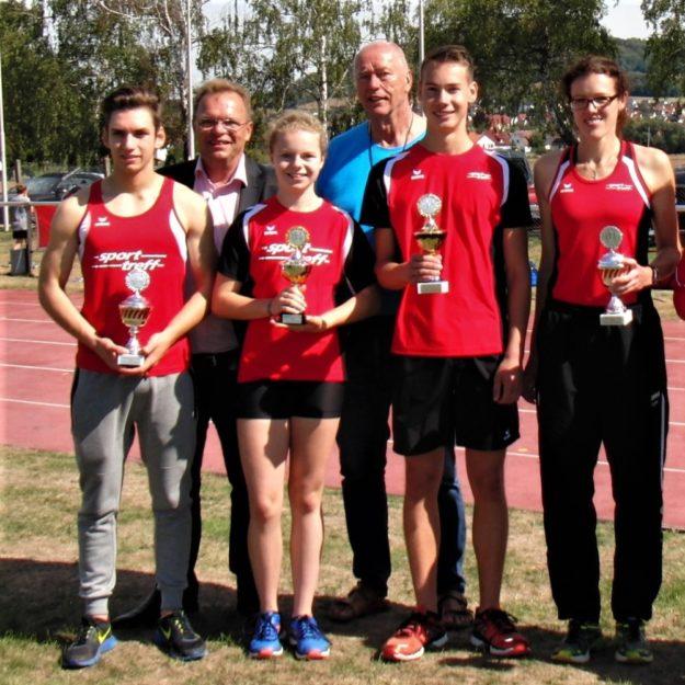 Landrat W. Becker mit den Mannschaftsführern der vier siegreichen M'T-Teams und Trainer Alwin Wagner. Foto: nh