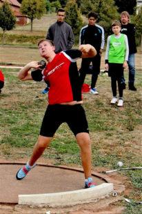 Luis André wuchtete die Kugel auf 15,69 m und verbesserte damit den Landesrekord für die M13. Foto: nh