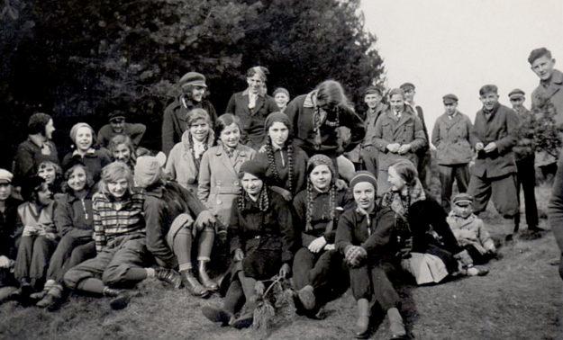 Margret Goldschmidt (2. Reihe, 3. v. li.) mit ihrer Klasse der August-Vilmar-Schule auf Exkursion. Foto: BTHS Schulmuseum