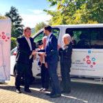 Das Bild zeigt Staatssekretär Mark Weinmeister mit Bürgermeister Dr. Philipp Rottwilm und den beiden ersten Fahrgästen waren. Foto: Hessische Staatskanzlei