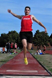 Nur Henri Alter flog bei dem starken Gegenwind über die 6m-Marke