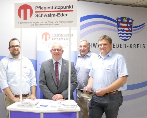 Von links: Henning Pfannkuch (Pflegestützpunkt Schwalm-Eder), Erster Kreisbeigeordneter Jürgen Kaufmann, Dr. Jens Zemke (Vorsitzender der Alzheimer Gesellschaft Schwalm-Eder e.V.) und Lars Werner (Fachbereich Sozialverwaltung). Foto: nh