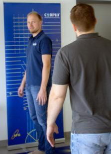 Ehring-Designer Christopher Schwalenstöcker lässt seine Körperhaltung untersuchen. Foto: Schäfer