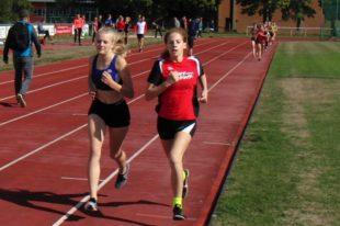 Pia Gille und die zwei Jahre ältere Junia Auel (Steinatal) diktierten das 800m-Rennen der WU16. Foto: nh
