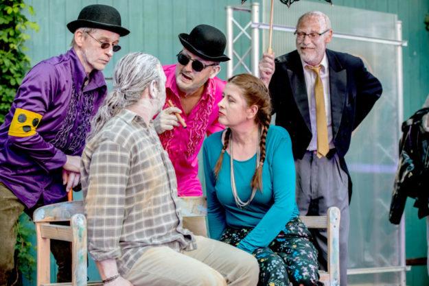 """Zu Gast im """"AuszeitTheater"""": Das Ensemble der Kulturscheune Deute führt dort das Stück """"Besuch der alten Dame"""" auf. Foto: Karl-Heinz Mierke"""