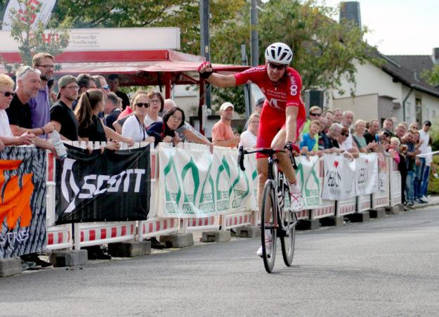 Axel Hauschke im Alleingang auf der Zielgeraden als unangefochtener Sieger des Rennens der Seniorenklasse. Foto: Merle Obermann
